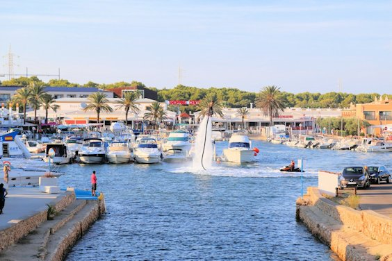 Wasserspaß im Hafen von Cala 'n Bosch